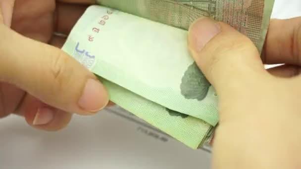 muž počítání bankovek na finanční účet
