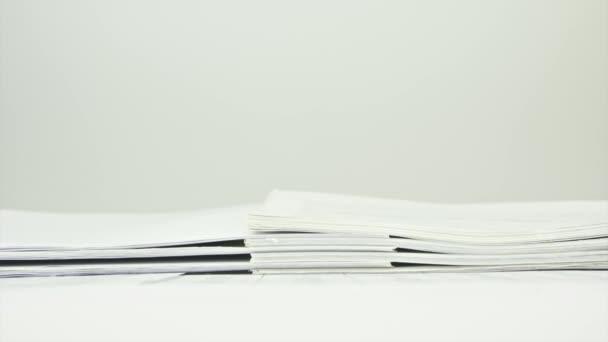 Pracovní vytížení hromady papírů na tabulce časová prodleva