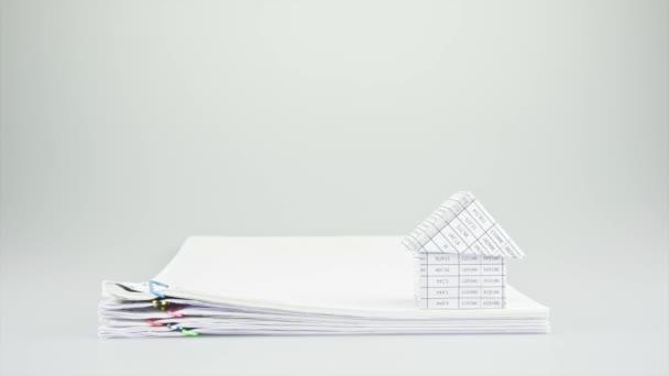 Haus auf Stapel alte Papiere Zeitraffer