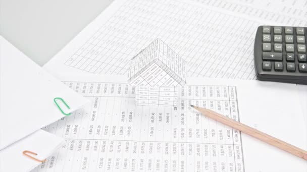 Bleistift mit Papierstapel wie Kurven Zeitraffer