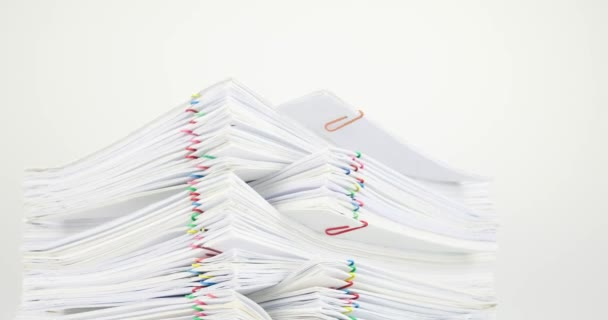 Hromadu dokumentů přetížení s barevné sponky časová prodleva