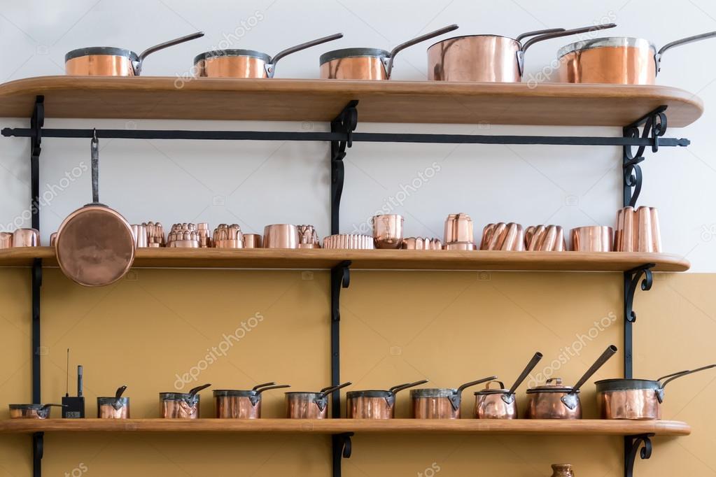 Regale voll mit Kupfer Töpfe in die Schlossküche St Fagans National ...