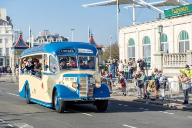 BRIGHTON, EAST SUSSEX/UK - NOVEMBER 1 : Old Bus approaching the
