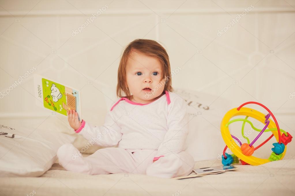 kleines Mädchen hält farbigen Bücher — Stockfoto © jozzeppe #89111938