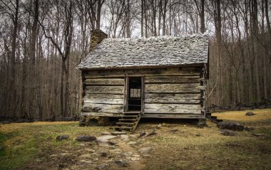 Historical pioneer cabin in the Cades Cove scenic area of the Great Smoky Mountains National Park in Gatlinburg, Tennessee. This is public historical display on federal  park lands and is not a private residence or property. stock vector