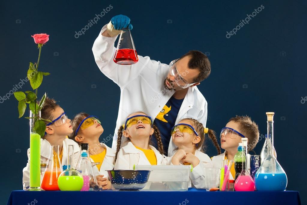 Niños Felices Con Un Científico Haciendo Experimentos