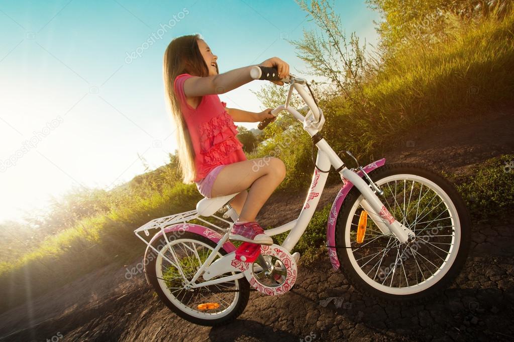 Imagen De Niña Andando En Bicicleta: Niña Feliz Andar En Bicicleta