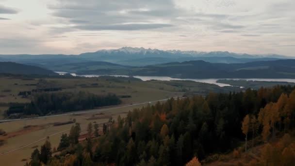 Letecká horská krajina. Pohled na Vysoké Tatry. Jezero a silnice na zasněžených horách pozadí