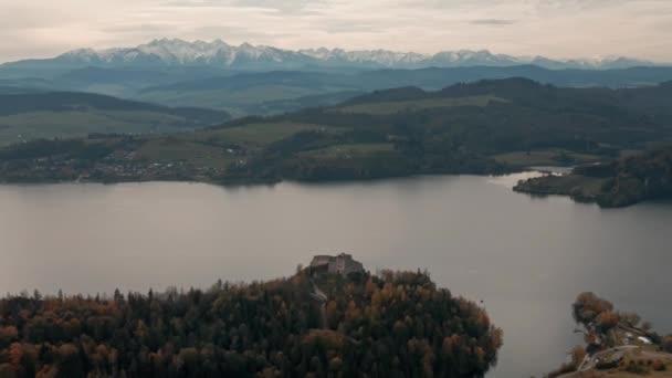 Letecká horská krajina. Pohled na Vysoké Tatry. Jezero a hrad na zasněžených horách pozadí