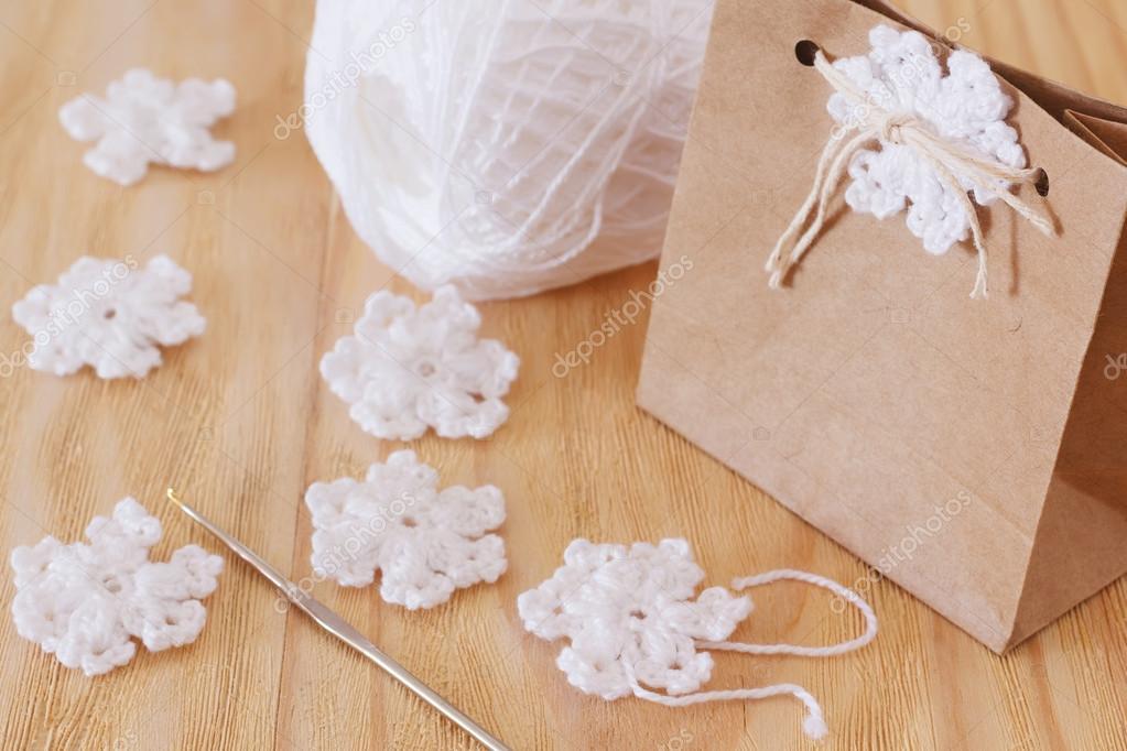 Weiße gehäkelte Schneeflocken für Weihnachtsdekoration Paket GIF ...