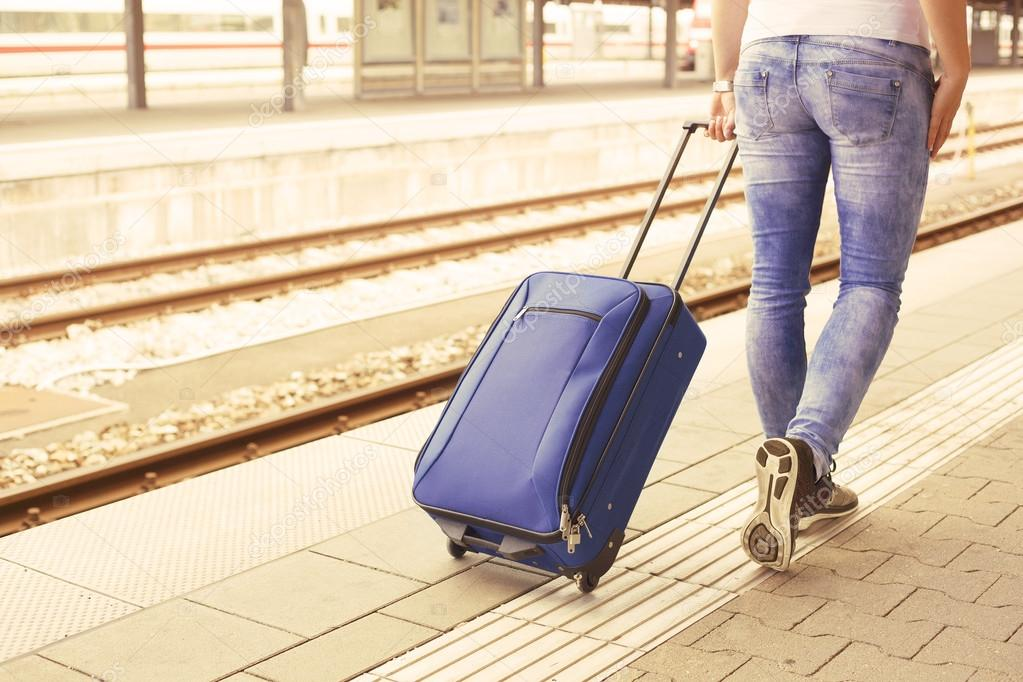 можно сделать идем на вокзал с чемоданами картинки фартук