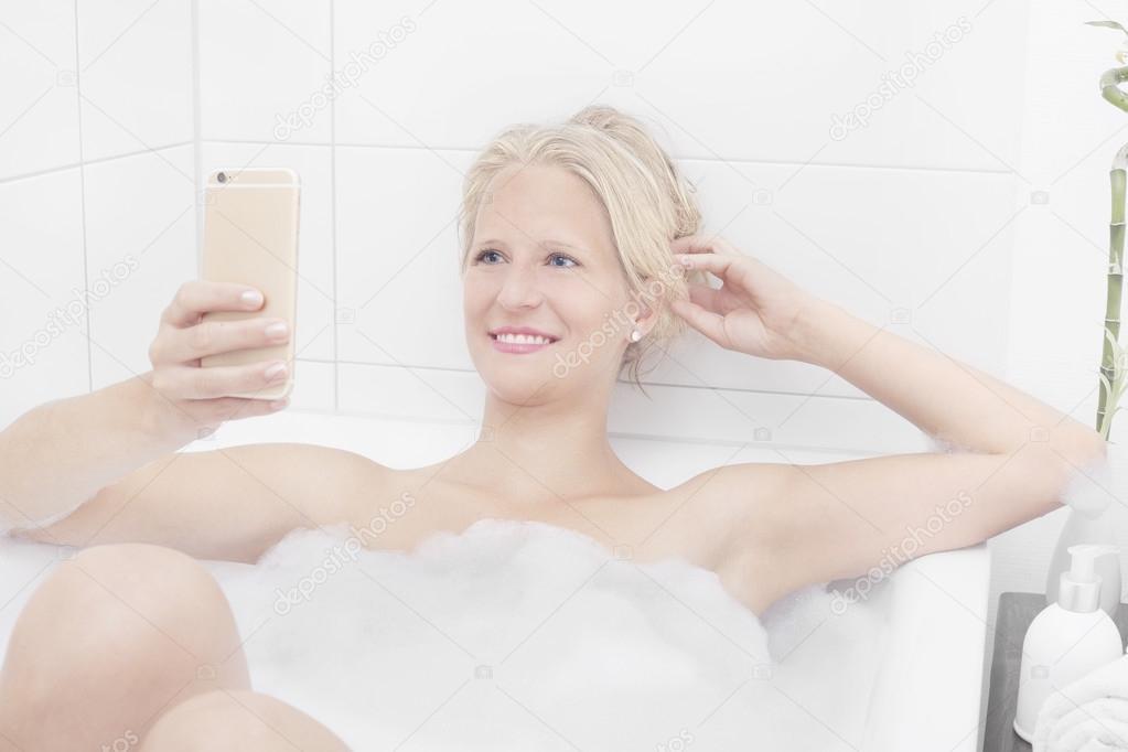 Блондинка в ванной фото #1