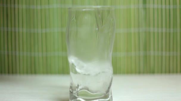 nalévání vody do skla
