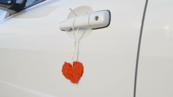 Nádherné červené srdce na kliku auta
