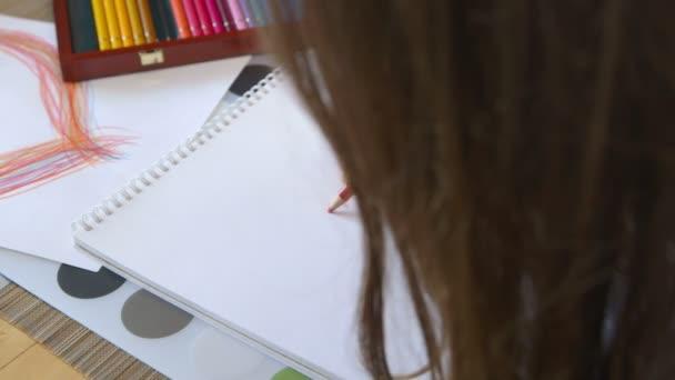 Lány festés egy szív - születésnap - anyák napja
