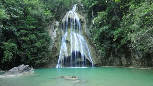 Pha Nam Yod Vodopád v tropickém hlubokém lese v přírodním parku Kaeng Krachan, provincie Phetchaburi - Thajsko