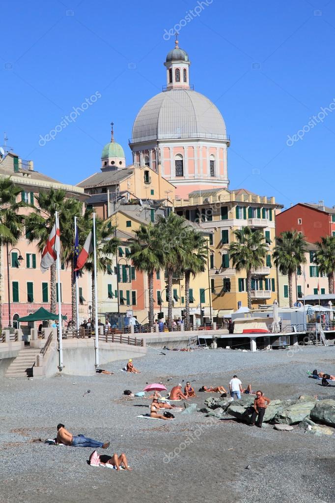 Genova, Italia   9 Ottobre 2011: Spiaggia Di Pegli Su 9 Ottobre 2011 A  Genova, Italia. è Una Delle Più Popolari Località Balneari Sul Mar  Mediterraneo E Un ...