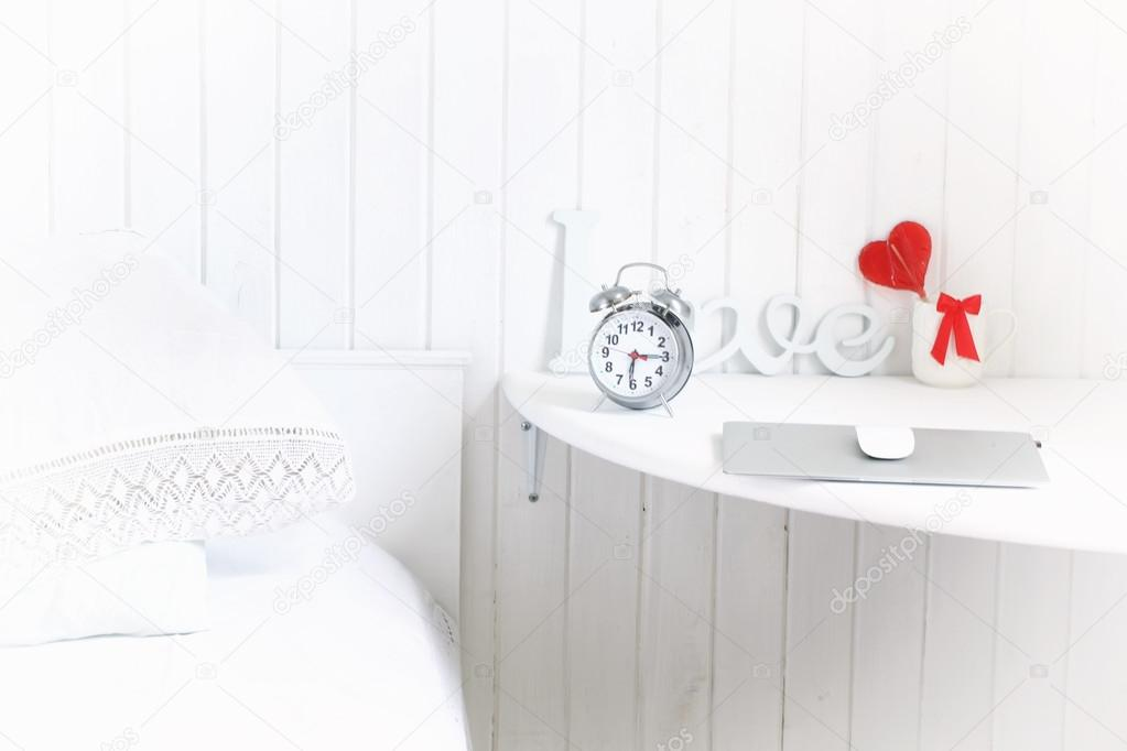 Chambre Romantique Blanche Dans Un Milieu De Travail De Maison En Bois  Rustiqueu2013 Images De Stock Libres De Droits