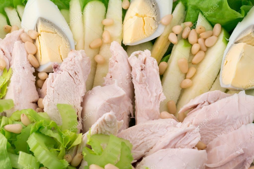 Белковая диета, рыба, сыр, яйца, мясо, курица и гантели на белом.