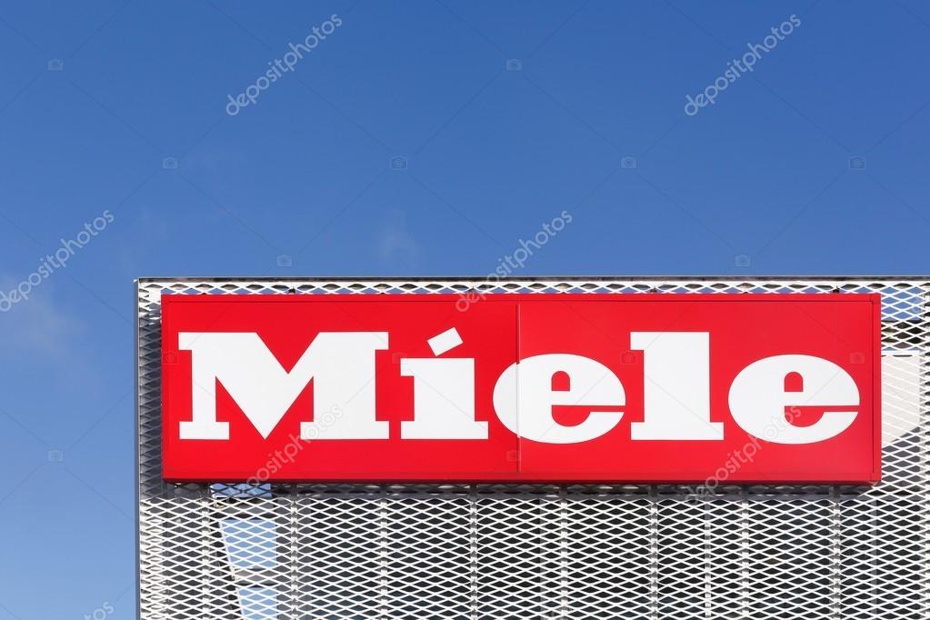 Logotipo de Miele en una fachada — Foto editorial de stock ...