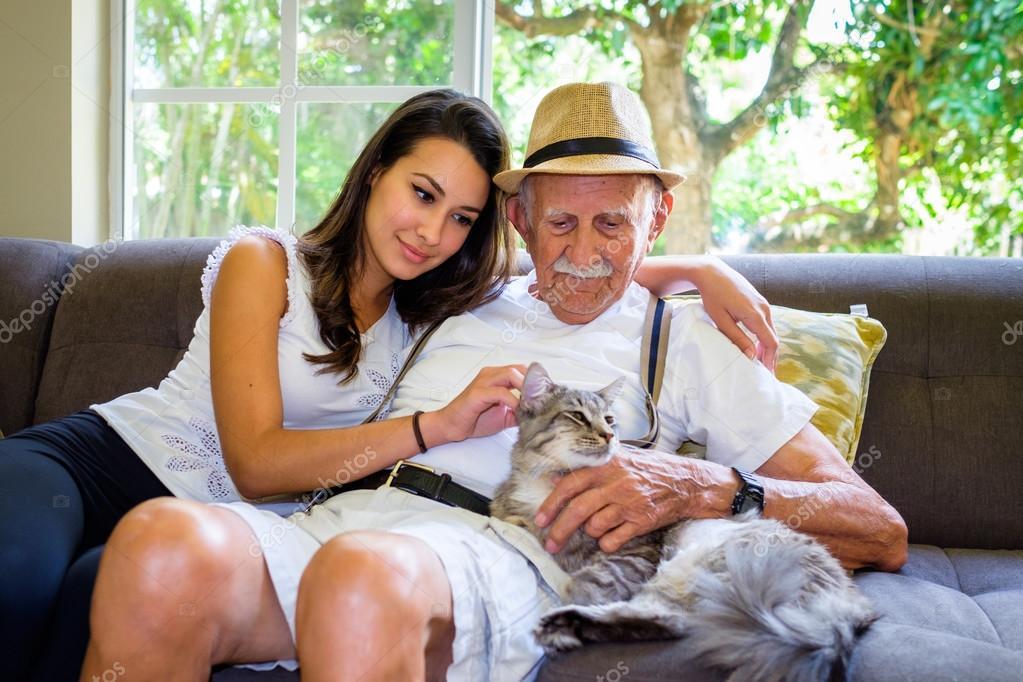дедушка и нескромная внучка