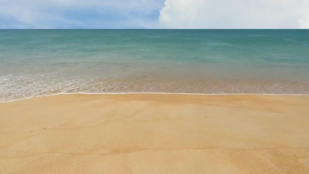 Trópusi strand és hullámok Phuket. Thaiföld