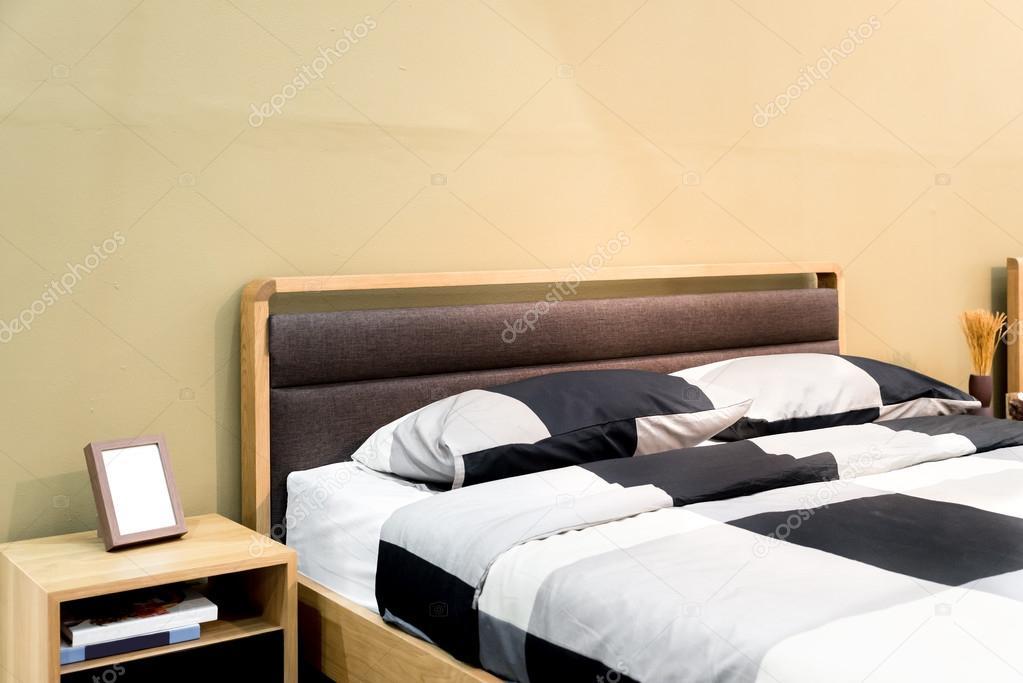 Letto di scacchi con cuscino e mensola in camera da letto ...