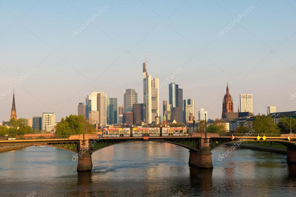 Morgen Frankfurt straßenbahn mit skyline frankfurt am am morgen in frankfurt