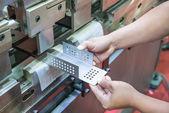 Pracovník na workshop výroby provozu cidan falcovací stroj