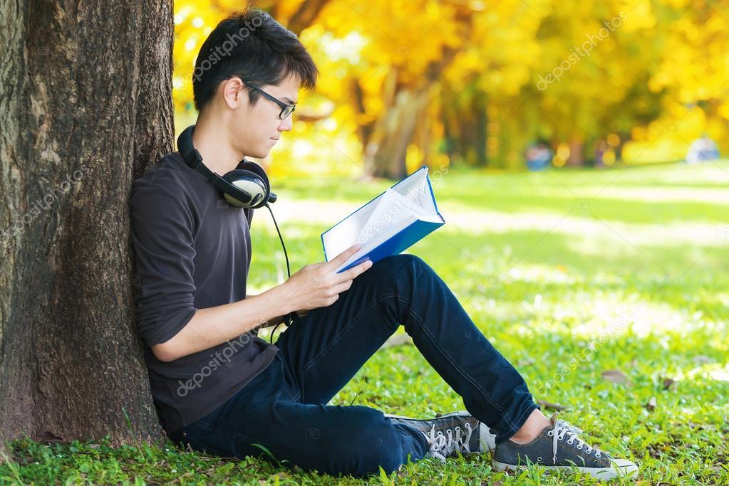 Libro De Lectura De Hombre En El Parque, Sentado Bajo Un