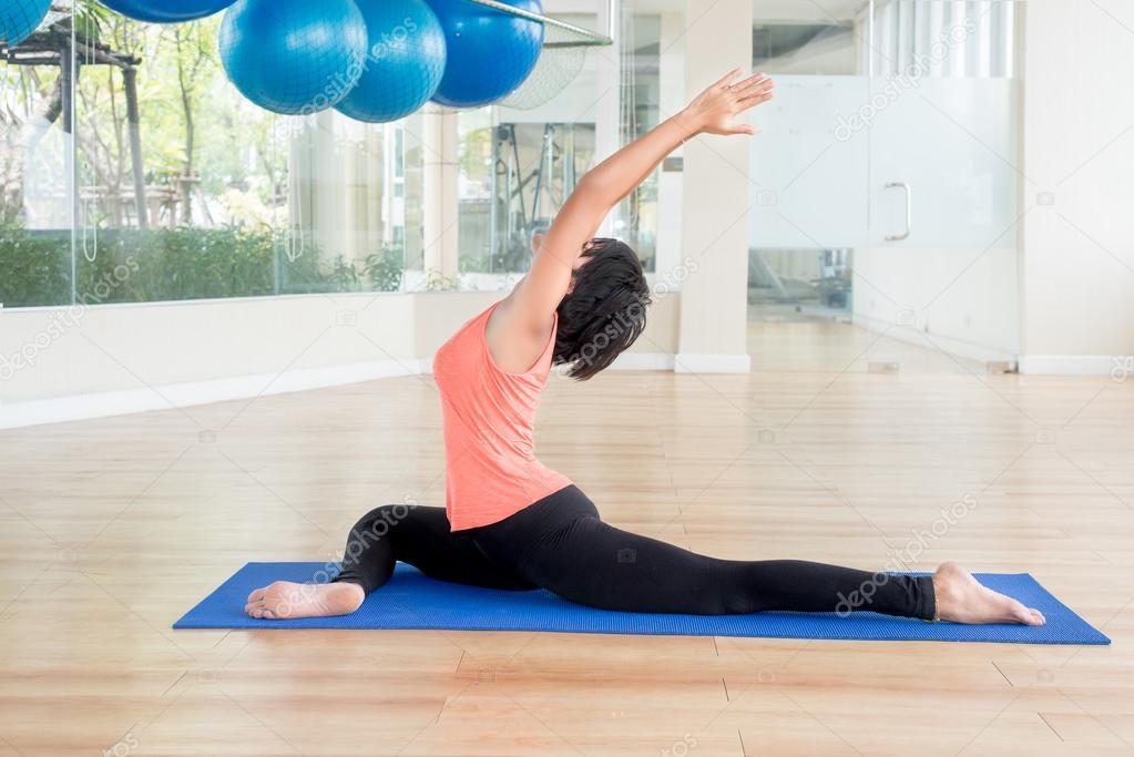 Aziatische vrouw make yoga lage lunge in klas — Stockfoto ...