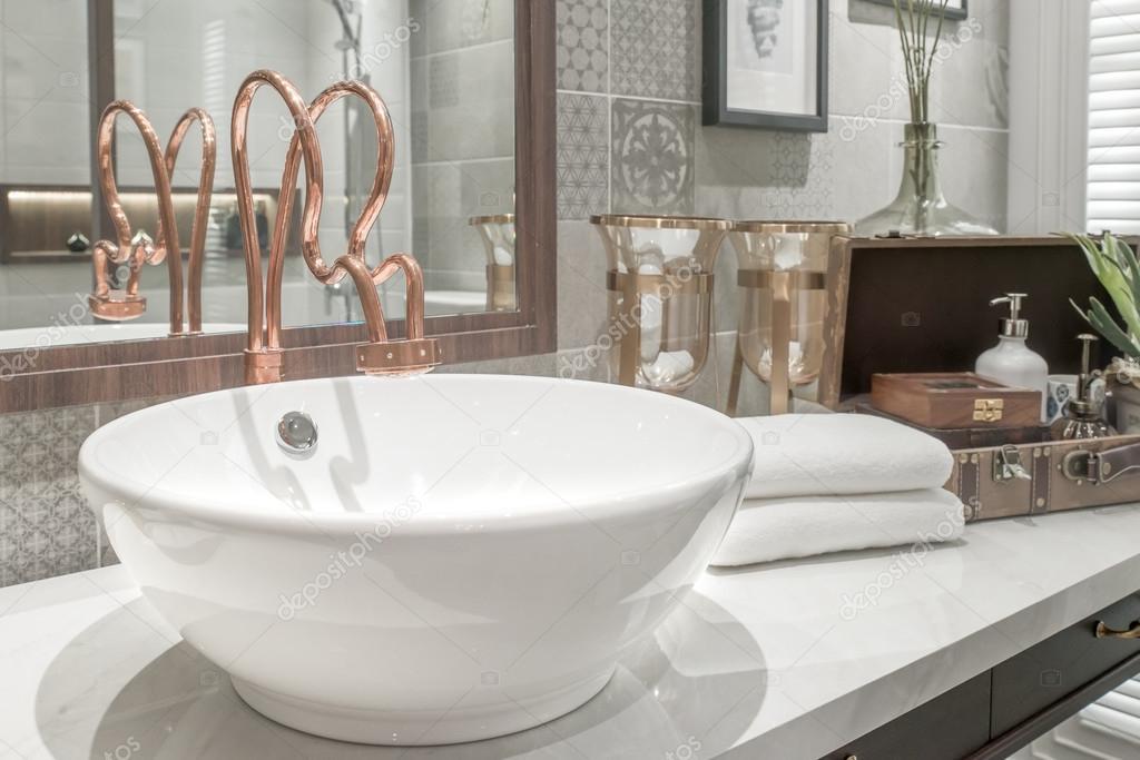 Wasbak met handdoek en decoratie in badkamer — Stockfoto © ake1150sb ...