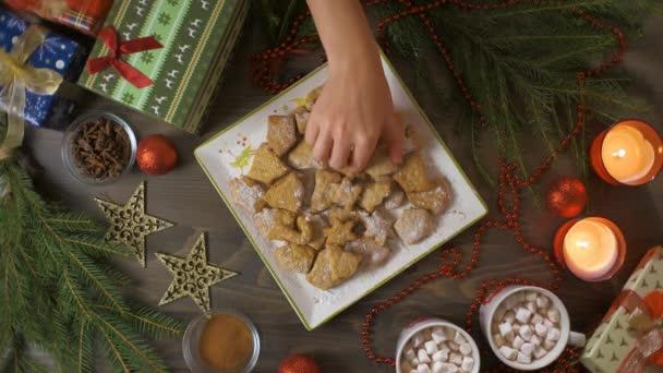Mézeskalács sütit teszek az asztalra. Sütés nyaralás háttér. Hozzávalók a tésztához, mézeskalács sütik karácsonyra, felülnézet.