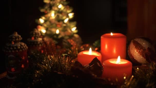 Kerzenschein gegen Weihnachtsdekoration. Neujahrs- und Weihnachtsfeier.