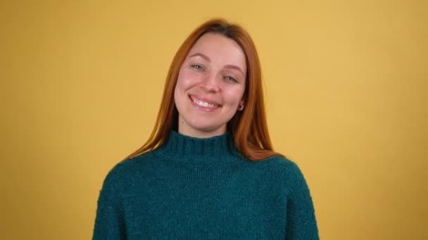 Mladá žena 20s let pózování izolované na žluté pozadí studia. Lidé upřímné emoce životní styl koncept. Fotoaparát