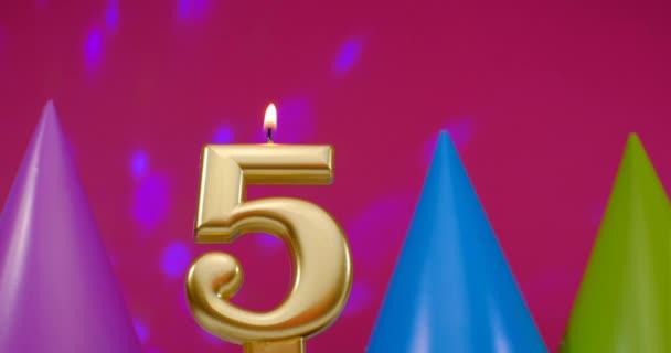 Szülinapi torta gyertya égő száma 5. Boldog születésnapot háttér évforduló ünneplés koncepció. Születésnapi kalap a háttérben