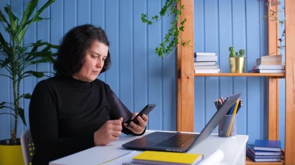Nadšený šťastný zralý starý 50s žena zákazník vítěz držení smartphone pomocí mobilní aplikace vyhrávat on-line loterie nabídku, slaví úspěch, obdrží dárkový poukaz na mobilní telefon v domácí kanceláři.