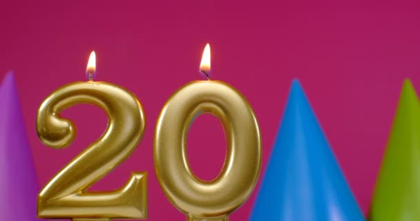 20-as számú égő szülinapi torta gyertya. Boldog születésnapot háttér évforduló ünneplés koncepció. Születésnapi kalap a háttérben