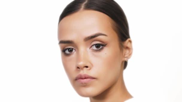 Krásná brunetka model představuje pro close-up kamery demonstrovat oční make-up