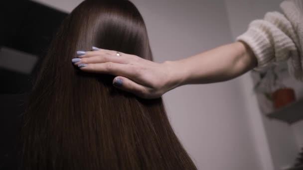 Demonstrace hladkých a hedvábných vlasů po narovnání pomocí parníku
