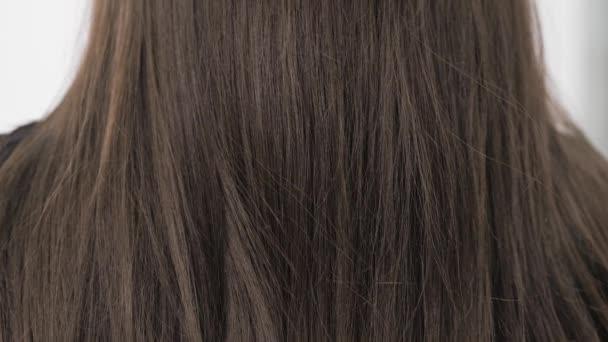 Demonstrace vlasů z brunetek před narovnáním