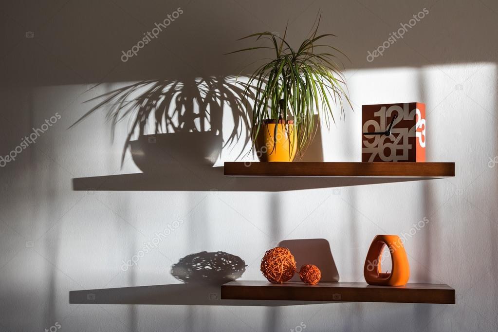 Decorare Con Le Mensole : Natura morta con mensole decorazioni e le loro ombre u foto stock