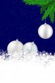Vánoční pozadí s stříbrné kuličky, sněhové vločky a smrk