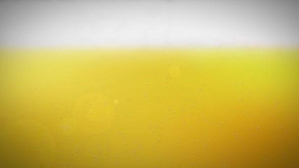 Detail sklenice pivní bubliny a tekoucí vodou kapka