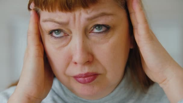 Egészségtelen középkorú nő masszírozó templomok, szenved fejfájás