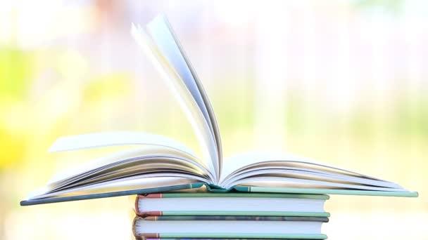 Zásobník z otevřené knihy ve větru