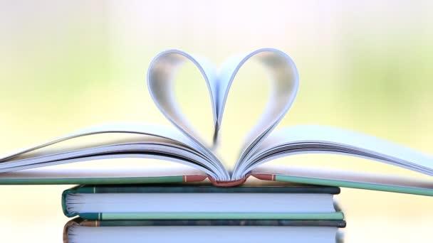 Knihu zásobníku otevřené stránky srdce tvar ve větru.