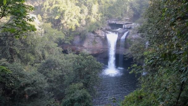 Haew Su Wat vodopád tropický prales, národní park Khao Yai, Thajsko