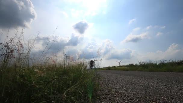 Sada větrné elektrárny vyrábějící elektřinu