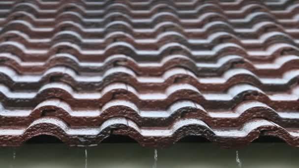 Klesající dešťové kapky na cihlovou střechu